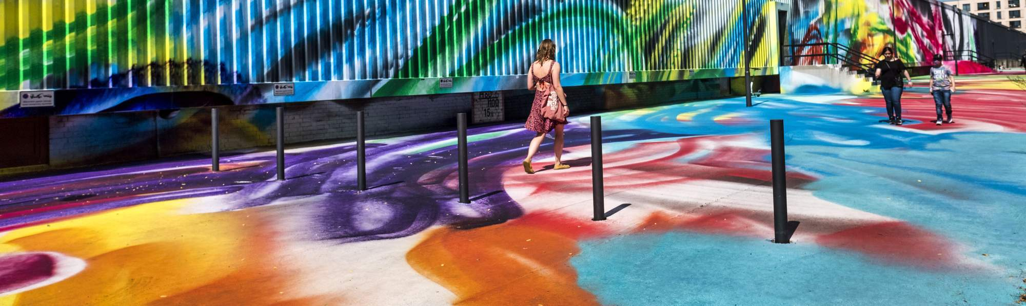 Farbenvielfalt auch im Außenbereich des Hamburger Bahnhofs